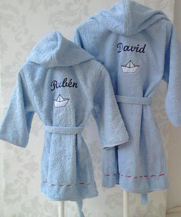 Albornoz para bebé personalizado con su nombre, el bordado de un barquito y capucha