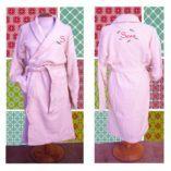 Albornoz color rosa bordado con el nombre y personalizado el diseño