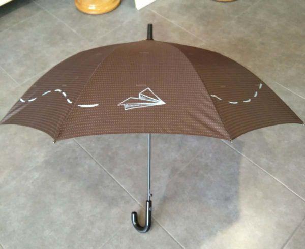 paraguas marron personalizado con el dibujo de un avión pintado a mano