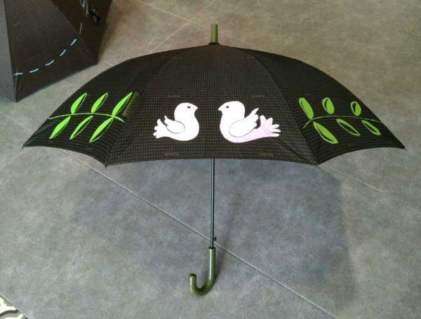 Paraguas negro personalizado con dibujos de pájaros y hojas pintados a mano