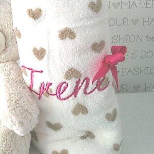Manta coralina de bebé bordada