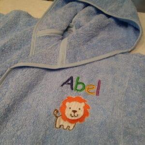 Albornoz para bebés Nombre y León en el pecho
